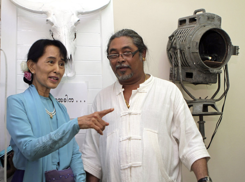 Actor Kyaw Thu (R) chats with Myanmar's democracy leader Aung San Suu Kyi during her visit to Kyaw Thu Art Zone gallery in Yangon, Myanmar in this Jan. 1, 2011, file photo.