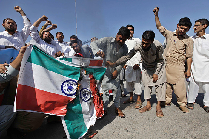 Supporters of Shabab-e-Milli burn mock Indian flags as they protest against India in Peshawar, Pakistan, 28 August 2015 (EPA Photo)
