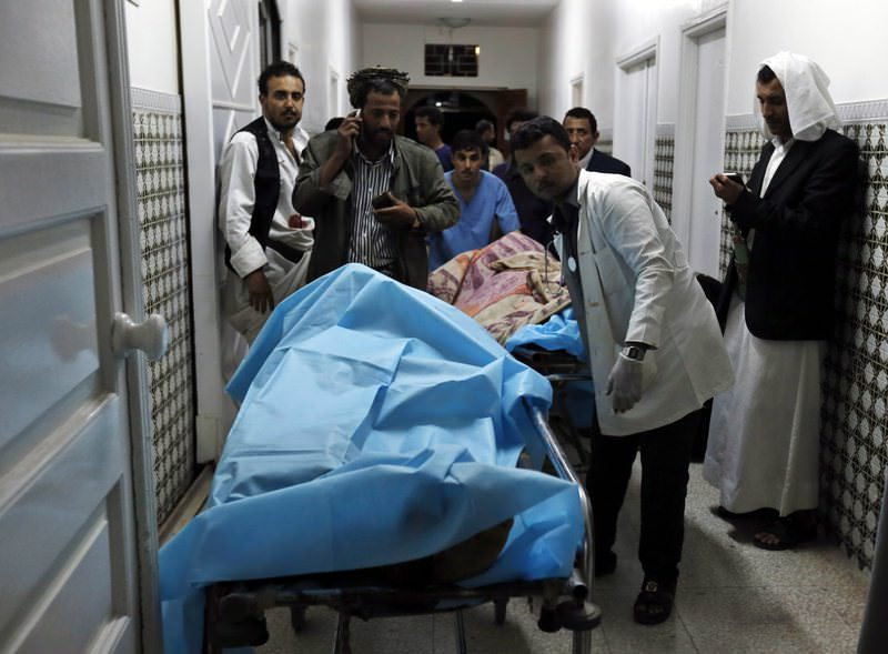 Yemenis gather around the bodies of the victims of ISIS' triple suicide attack targeting a mosque, lying on guerneys at a hospital in Sanau2019a, Yemen, 02 September 2015. (EPA Photo)