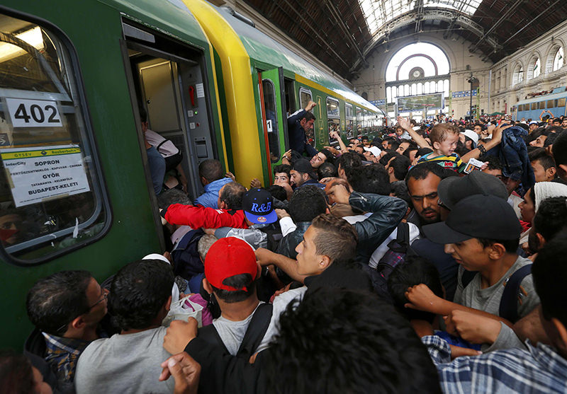 Migrants storm into a train at the Keleti train station in Budapest, September 3, 2015 as Hungarian police withdrew from the gates after two days of blocking their entry (Reuters Photo)