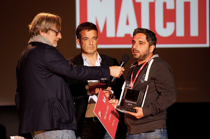 Photographer Bu00fclent Ku0131lu0131u00e7 (R) receiving for his dramatic images of refugees fleeing across the Turkish border, the Visa d'Or for News, the most prestigious award handed out at the ,Visa Pour L'Image, festival in Perpignan (AFP Photo)