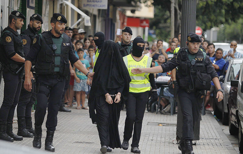 Spanish police arrest an 18-year-old Moroccan woman suspected of recruiting other women via the Internet to the terrorist group ISIS (AFP Photo)