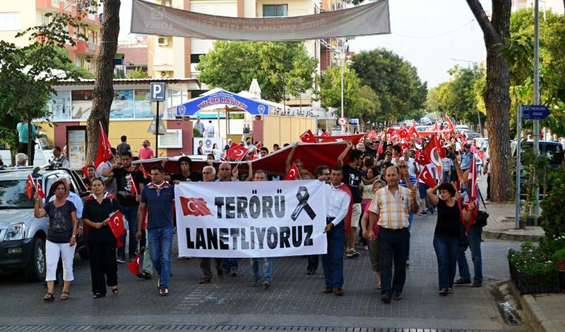 Turkish protesters take part in a rally against the PKK and the killing of Turkish soldiers in u0130zmiru2019s u00d6demiu015f district, Turkey, 07 September 2015 (DHA photo)