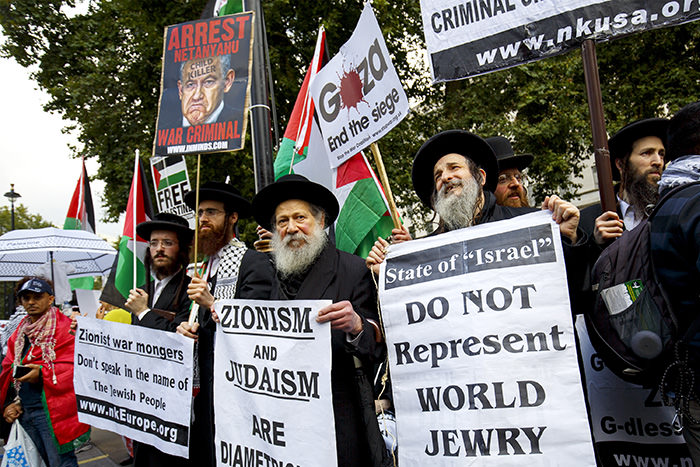 Anti-Zionist group joins protesters in London (AA Photo)