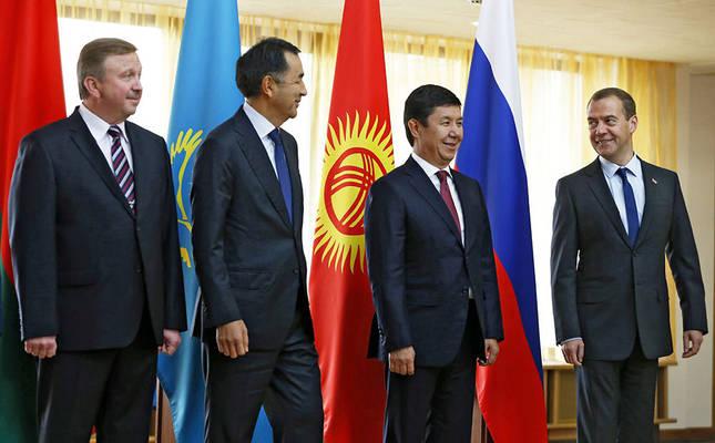 Belarusian PM Andrei Kobyakov, Kazakhstan's 1st Deputy PM Bakytzhan Sagintayev, Kyrgyzstan's PM Temir Sariyev and Russian PM Dmitry Medvedev pose for a group photo during the meeting of EAEC in Grodno, Belarus, September 8 (EPA Photo).