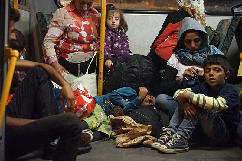 Refugees board a bus Keleti Railway Station in Budapest, Hungary, early 05 September 2015 (EPA Photo)