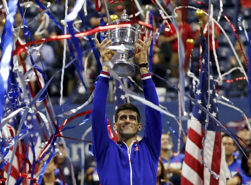 Novak Djokovic holds up the U.S. Open trophy after defeating Roger Federer in their men's singles final match in New York, September 13, 2015. (REUTERS Photo)