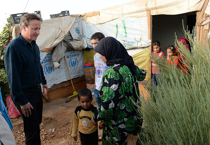 UK's Prime Minister David Cameron (L) meets Syrian refugees in the Bekaa Valley on the Lebanese-Syrian border on September 14, 2015 (AFP Photo)