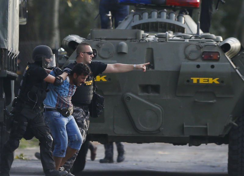 Hungarian riot policemen take hold of a migrant in Roszke, Hungary September 16, 2015. (REUTERS Photo)