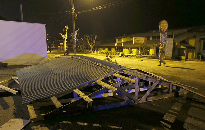 he roof of a shop is pictured on the ground after it was dislodged by waves in Concon city September 16, 2015. A magnitude 8.3 earthquake hit off the coast of Chile (Reuters Photo)