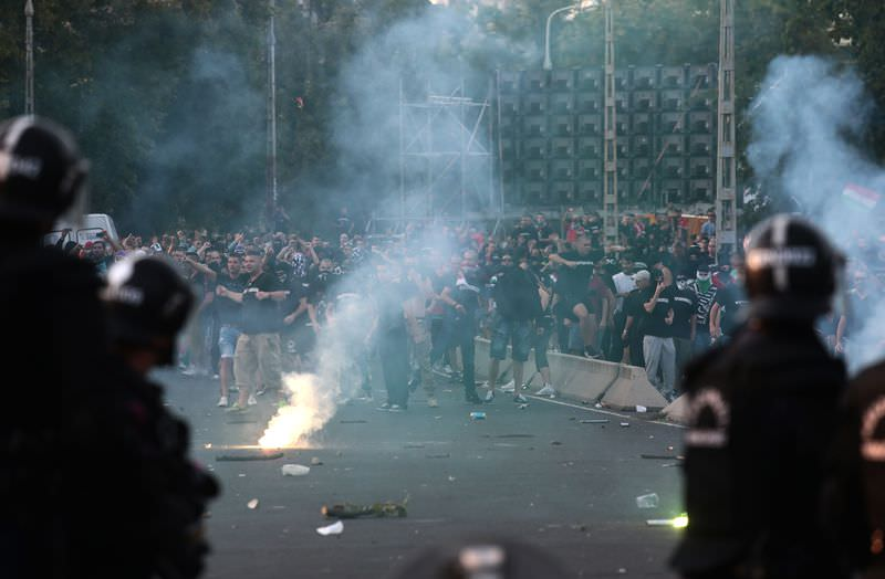 Hungarian police face Hungarian football fans trying to clash with Romanian fans prior to the Euro 2016 qualifying football match between Hungary and Romania in Budapest, on September 4, 2015. (AFP Photo)