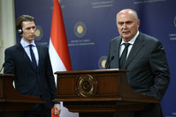Turkey's Foreign Minister Feridun Sinirlioglu (Right) and Austria's Minister for Foreign Affairs Sebastian Kurz (Left) in a joint press conference with in Ankara, on September 19, 2015 (AFP Photo)