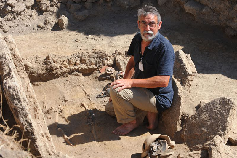 French archaeologist Henri Duday shows a Samnite tomb of 4th century BC. with a woman's skeleton and many amphoras discovered inside ancient ruins of Pompeii during a press conference on September 21, 2015. (AFP Photo)
