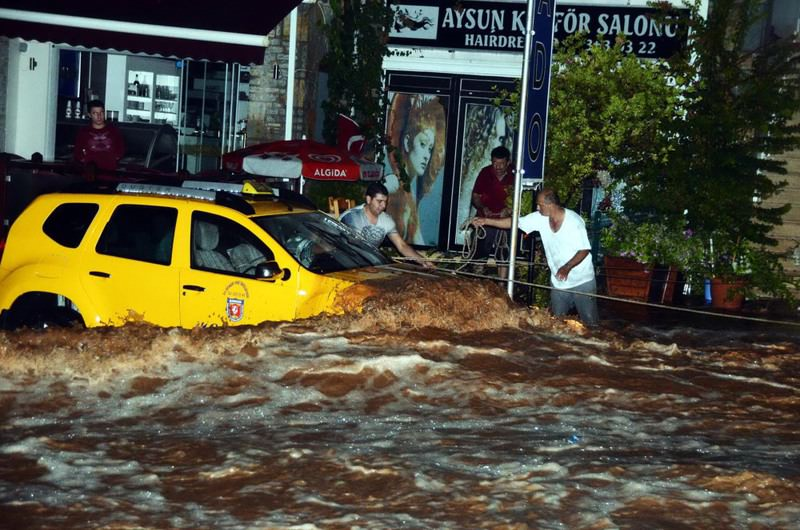 The flood washed automobiles away while the drivers and passengers were still inside.