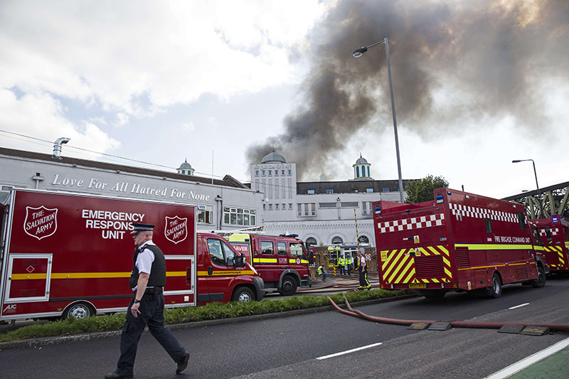 Emergency services tackle a blaze at the Baitul Futuh Mosque in Morden, south west London on September 26, 2015. (AFP Photo)