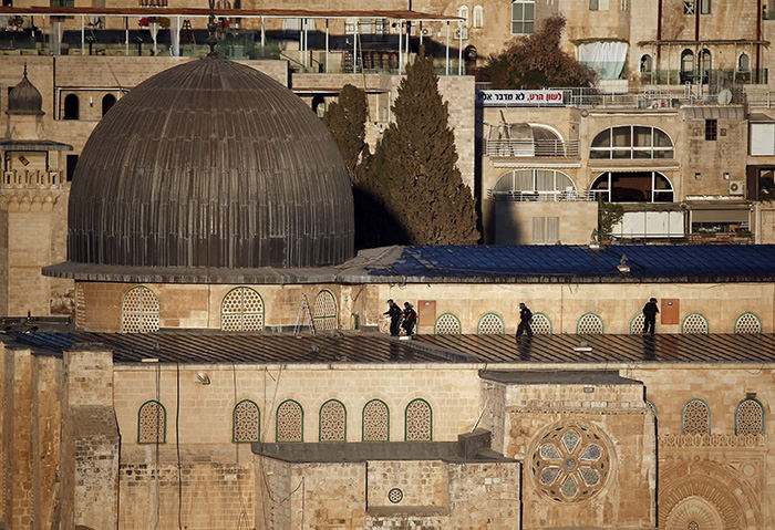 Israeli security forces keep position on the roof of the al-Aqsa mosque in Jerusalem's old city during clashes with Palestinians on September 28, 2015 (AFP Photo)