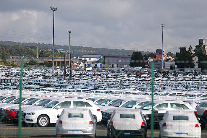 A picture taken on September 25, 2015 shows cars parked at the logistics park of German auto giant Volkswagen in Villers-Cotterets (AFP Photo)