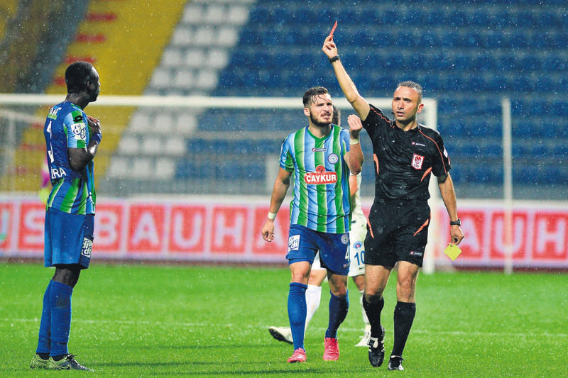 Deniz u00c7oban showed two red cards to Rizespor and towards the end of the match awarded a penalty for the team that had to play with nine men after his controversial decisions.