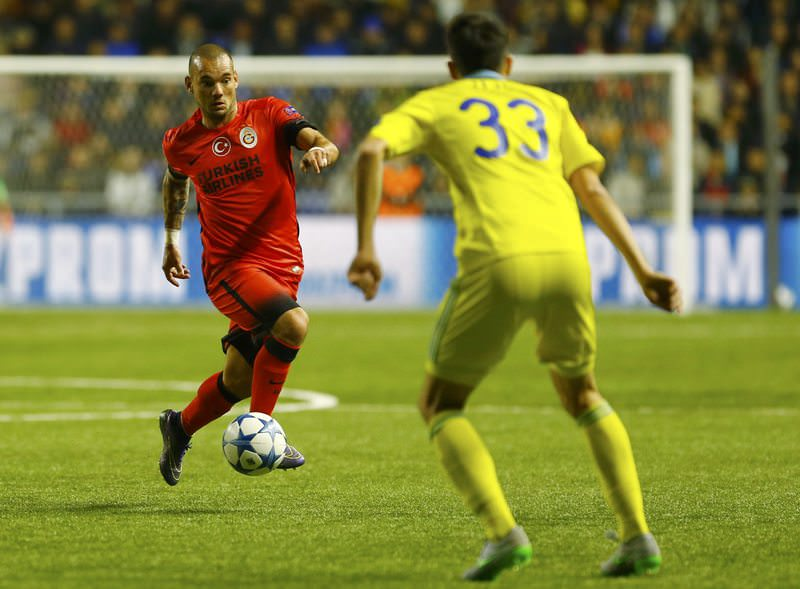 Galatasaray's Wesley Sneijder (L) controls the ball next to Astana's Branko Ilic during their Champions League group C soccer match, September 30, 2015. (REUTERS Photo)