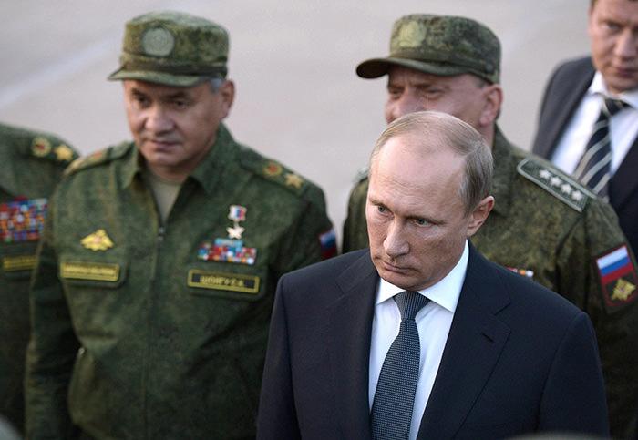 Russian President Vladimir Putin (Right) attends a military training exercise at the Donguz firing range in the Orenburg region, Russia, 19 September 2015.