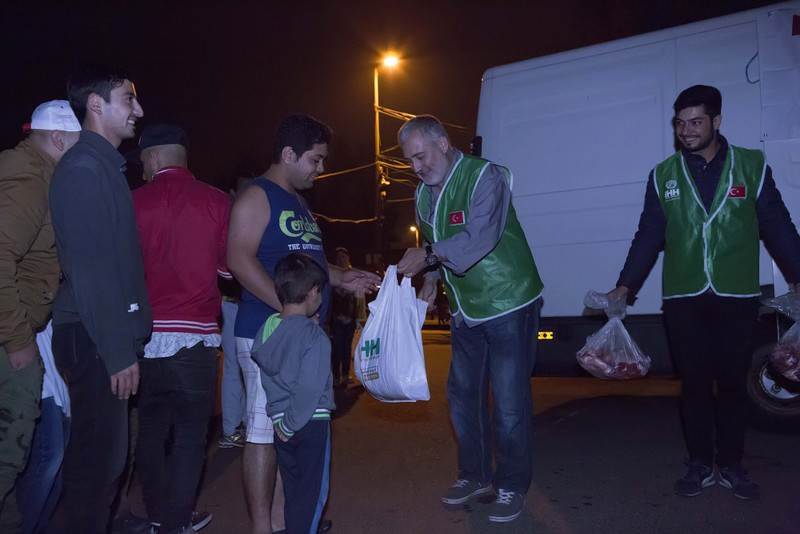 The Hungarian Islamic Society, in cooperation with Turkey's IHH, delivers aid to refugees who arrive in Hungary.