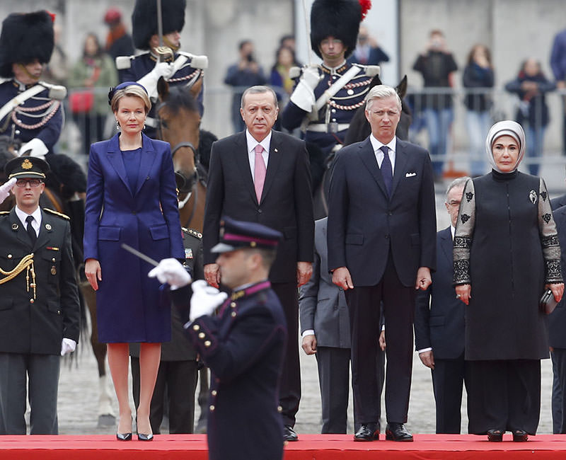 Belgium's King Philippe (2-R) and Queen Mathilde (L) welcome Turkish President Recep Tayyip Erdoğan (2-L) and his wife Emine Erdoğan (R) at Brussels' Royal palace, in Brussels, Belgium, 05 October 2015 (EPA photo).
