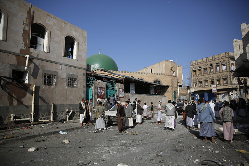 People inspect the site of a car bomb attack next to a Shiite mosque in Sanaa, Yemen, Thursday, Sept. 3, 2015 (AP Photo)
