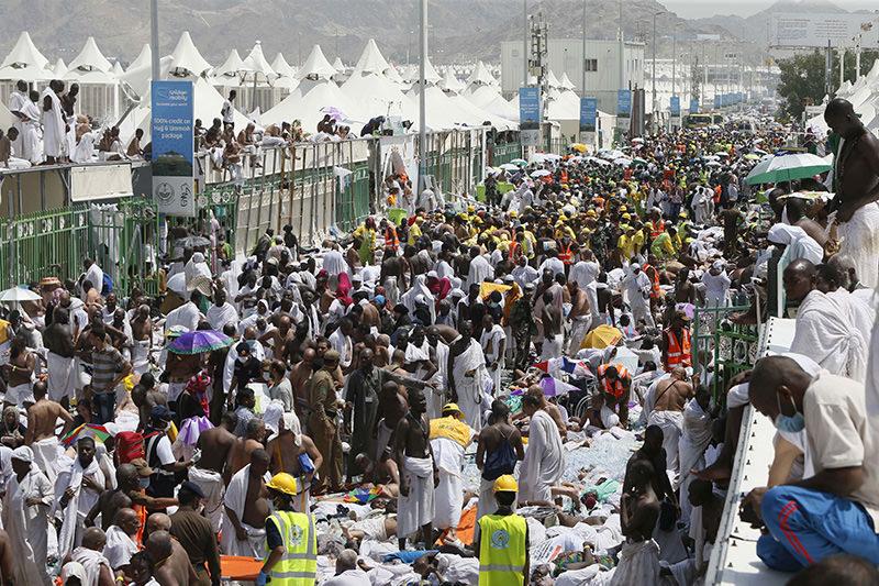 Muslim pilgrims and rescuers gather around the victims of a stampede in Mina, Saudi Arabia during the annual hajj pilgrimage on Thursday, Sept. 24, 2015 (AP Photo)