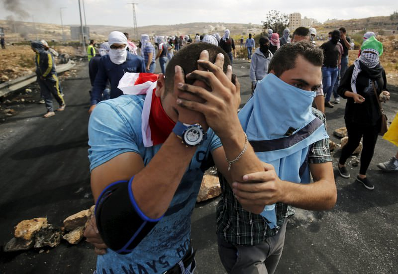 A wounded Palestinian protester is evacuated during clashes with Israeli troops near the Jewish settlement of Bet El, near the West Bank city of Ramallah October 10, 2015. (REUTERS Photo)