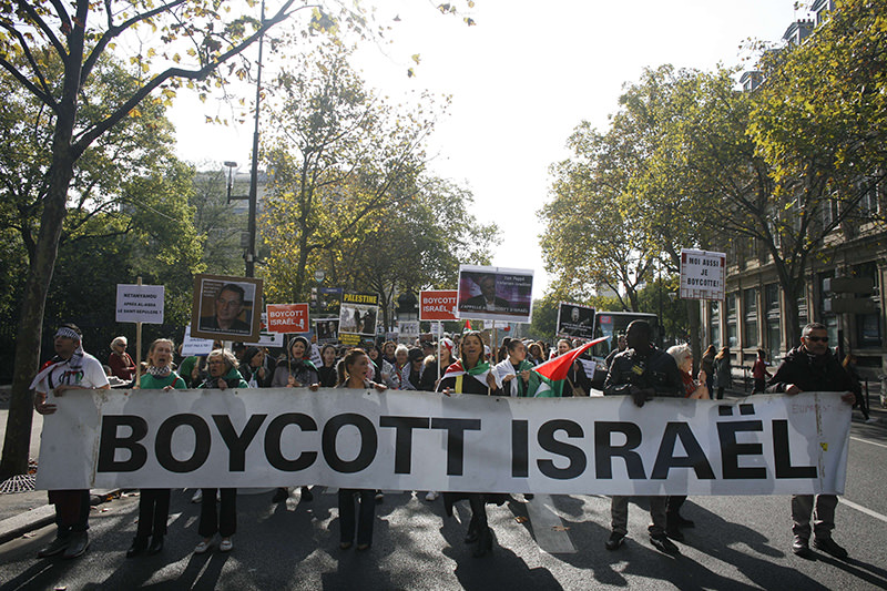 People take part in a pro-Palestinian demonstration on October 10, 2015 in Paris, calling for a boycott of Israel and for the recognition of the State of Palestine (AFP Photo)