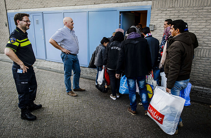Refugees arrive at a register location in an old police office in Rotterdam, on September 30, 2015 opened as to support the refugee registration centre in Ter Apel in Groningen (AFP Photo)