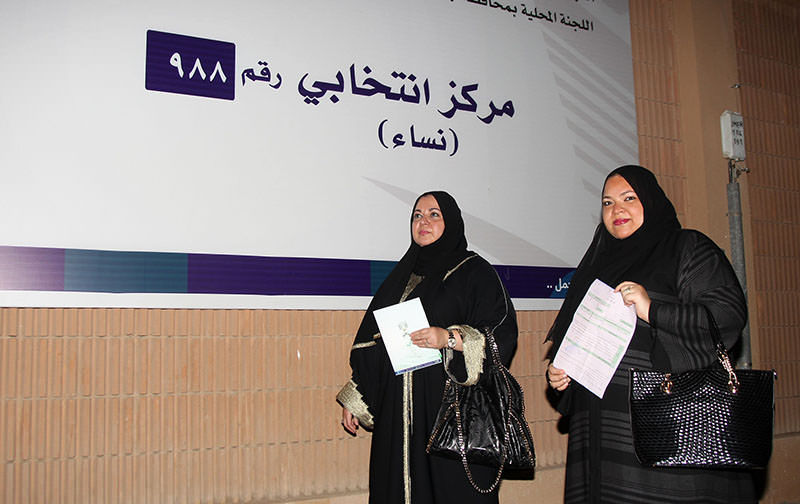 Saudi women hold applications as they head to register to vote in the port city of Jeddah on August 30, 2015 (AFP photo)