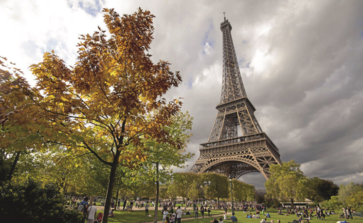 The Eiffel Tower welcomes fall, November 2014. (AFP Photo)