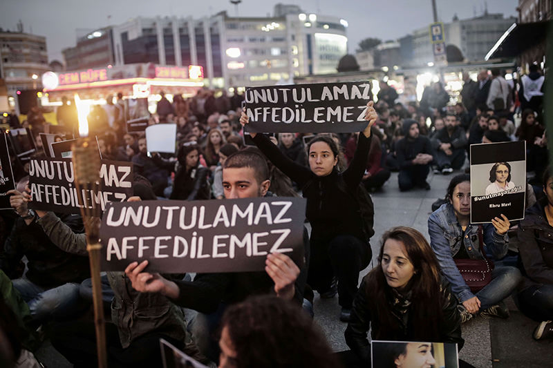 Demonstrators hold pictures of victims and placards reading 'unforgettable, unforgiven' on October 13, 2015 in Istanbul, during a rally to protest Ankara bombing (AFP Photo)
