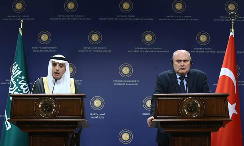 Saudi FM Adel Al-Jubeir (L) and Turkish FM Feridun Sinirliou011flu deliver speeches during a joint press conference on October 15, 2015 in Ankara (AFP photo)