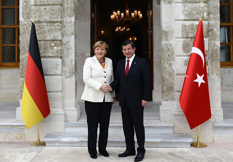 PM Ahmet Davutou011flu (R) and German Chancellor Angela Merkel (L) shake hands in Istanbul, Turkey, 18 October 2015. (EPA photo)