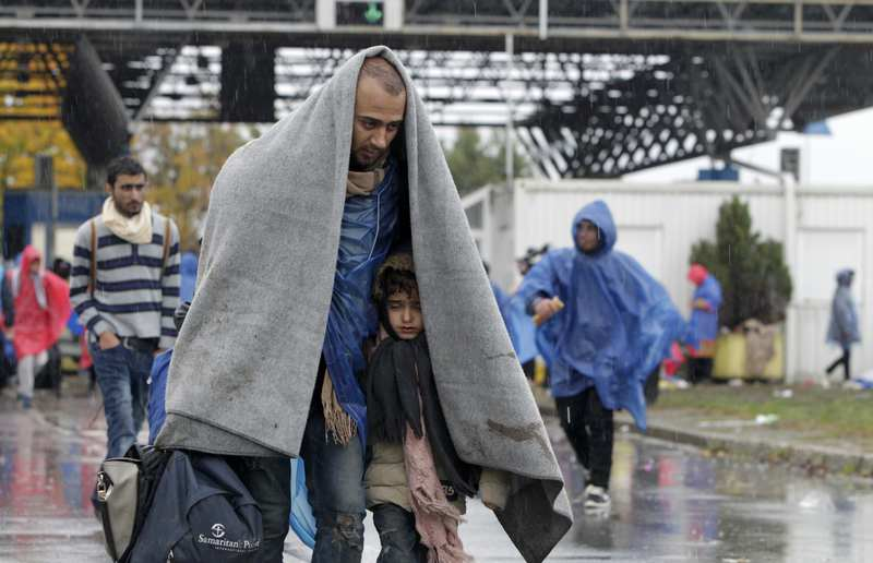 Refugees cover themselves with a blanket as they walk into Slovenia from Trnovec, Croatia, October 19, 2015.  (REUTERS Photo)