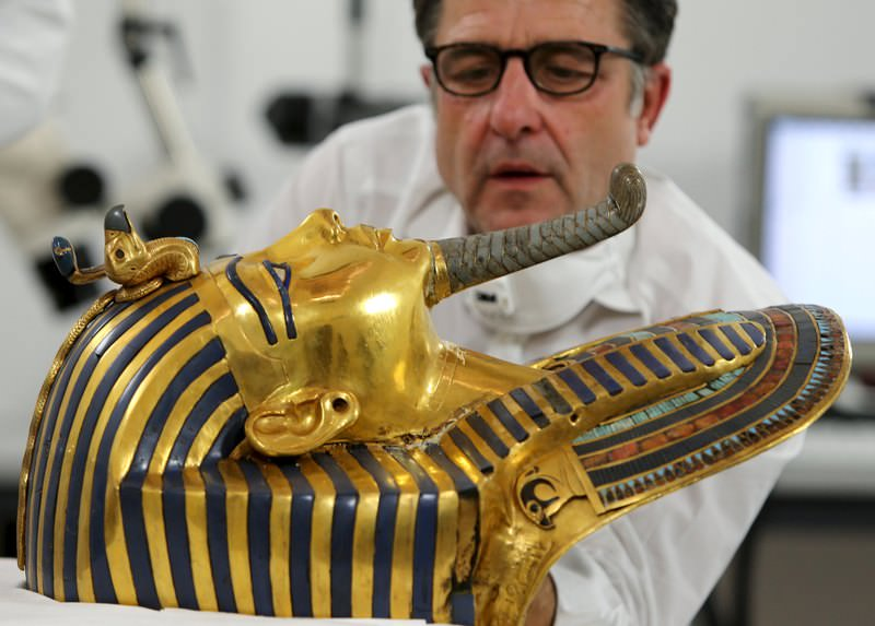 German conservator Christian Eckmann works on the restoration of the golden mask of King Tutankhamun at the Egyptian Museum in Cairo, Egypt, October 20, 2015. (REUTERS Photo)
