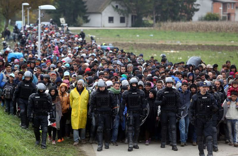 About 1,000 migrants are escorted by Slovenian police from the border crossing with Croatia .