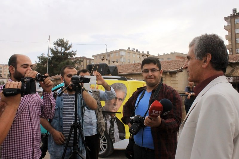 Mehdi Saru0131kaya (R) talks to reporters after his electoral rally in Mardin, southeastern Turkey on October 24, 2015.(IHA Photo)