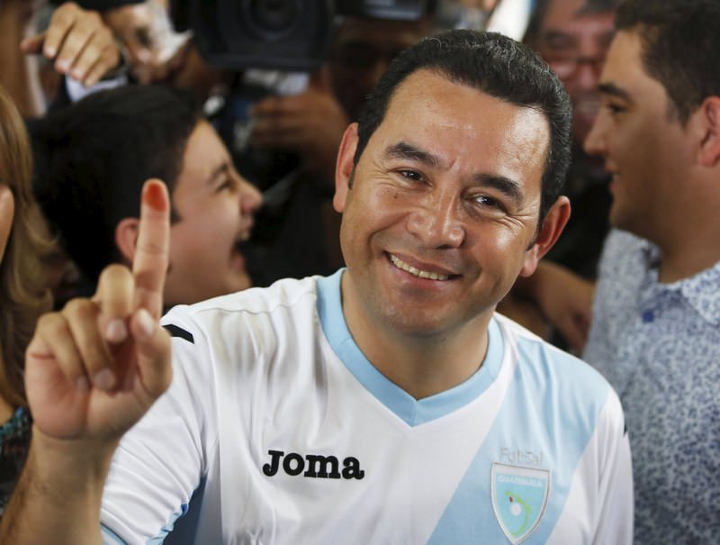 Jimmy Morales, presidential candidate for the National Convergence Front party (FCN) shows his ink-stained finger after casting his vote at a polling station in Guatemala City, October 25, 2015. (REUTERS Photo)