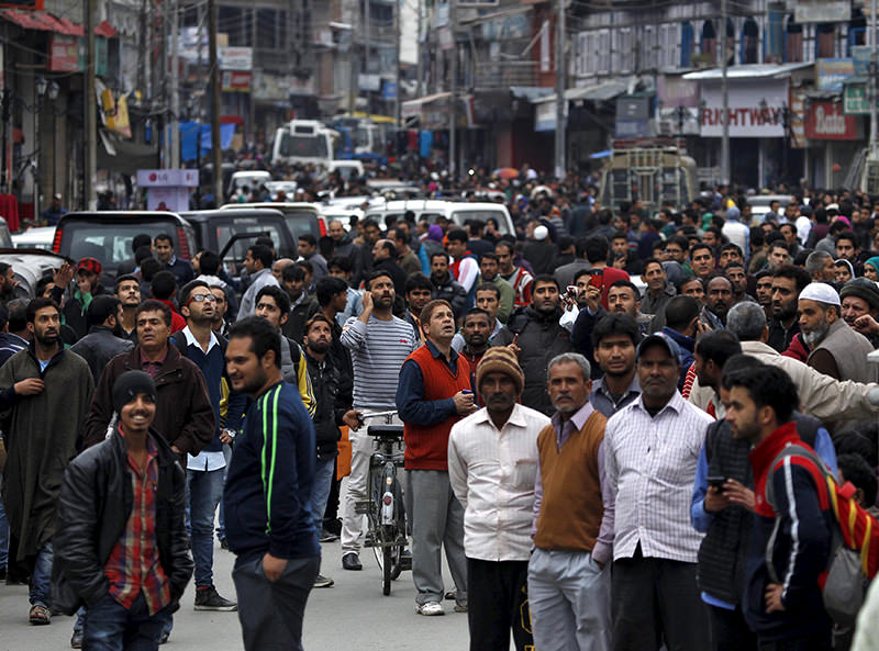 People stand on a road after vacating buildings following an earthquake in Srinagar October 26, 2015 (REUTERS photo)
