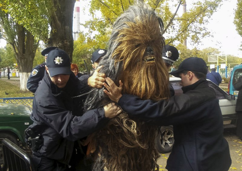 Policemen detain a person dressed as Star Wars character Chewbacca during a regional election near a polling station in Odessa, Ukraine, October 25, 2015. (REUTERS Photo)