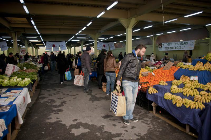 The Organic bazaar in Feriku00f6y, which is set up in Saturdays and Sundays, draws people from all over Istanbul to u015eiu015fli.