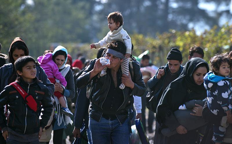 Migrants walk to cross the Greece-Macedonia border near Gevgelija on October 27, 2015 (AFP Photo)