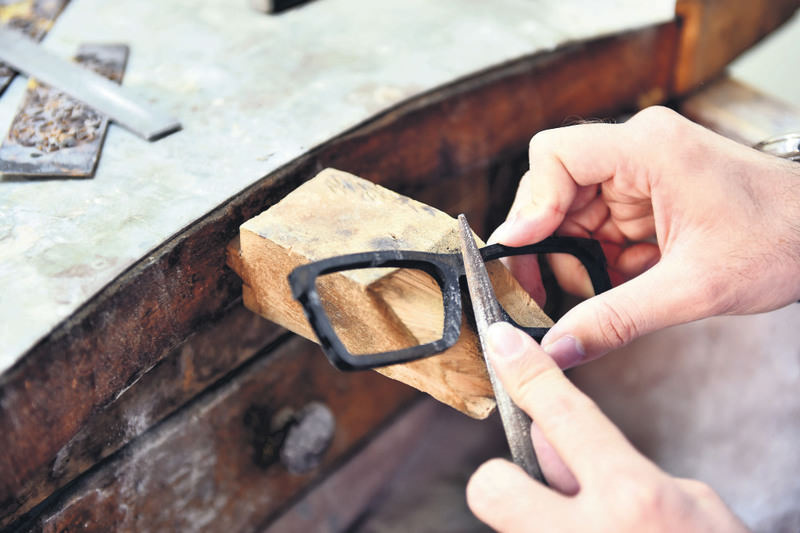 The handmade glasses are made from turtle's shell, water buffalo horn and other materials, and customized exclusively.