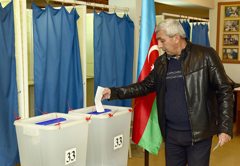 A man casts his ballot at a polling station in Baku on November 1, 2015, during a parliamentary election in Azerbaijan (AFP photo)