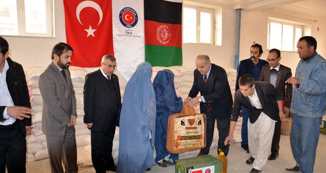 TİKA officials, volunteers distributing aid to Afghan families who fled conflict. IHA Photo