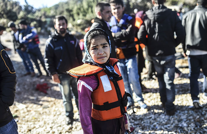 A girl waits along with other migrants and refugees to travel to the Greek island of Chios from Cesme in the Turkish province of Izmir on November 3, 2015 (AFP Photo)