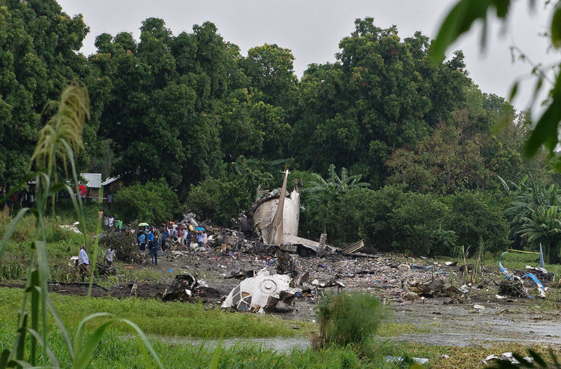 People gather at the site where a cargo plane crashed into a small farming community on a small island close to Juba airport, on Nov 4, 2015 (AFP photo)